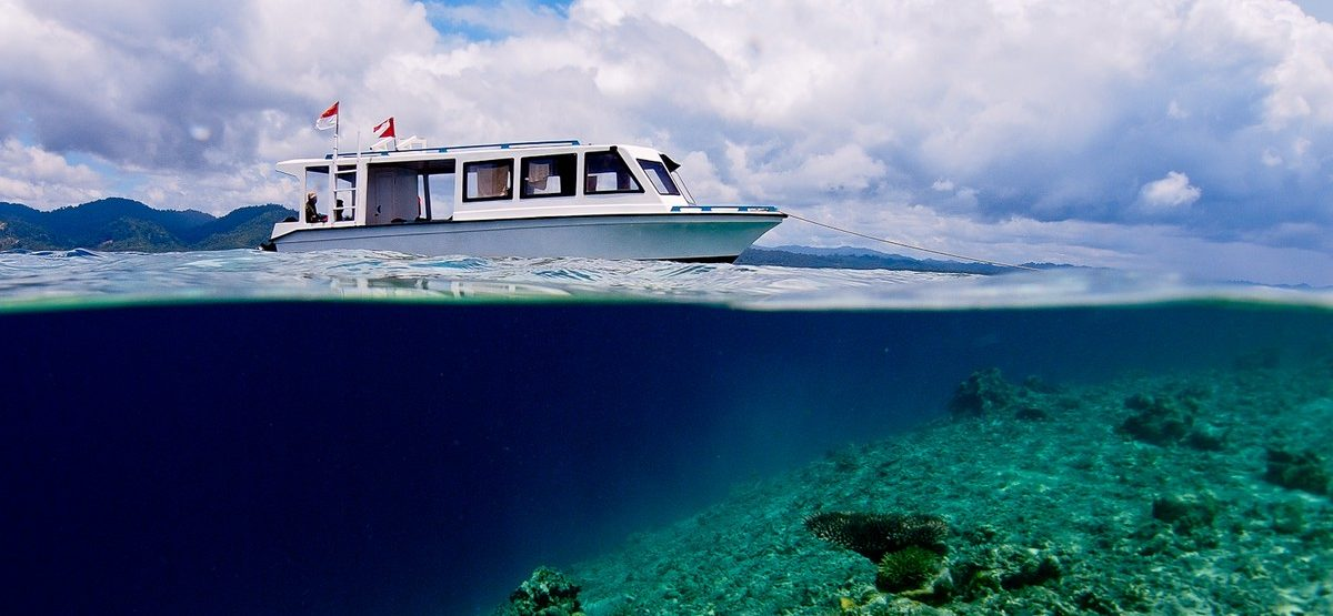 Divingboat with shallow reef in Weda Bay